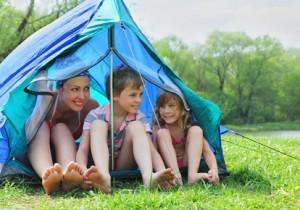 Camping-Urlaub: Familie im Zelt